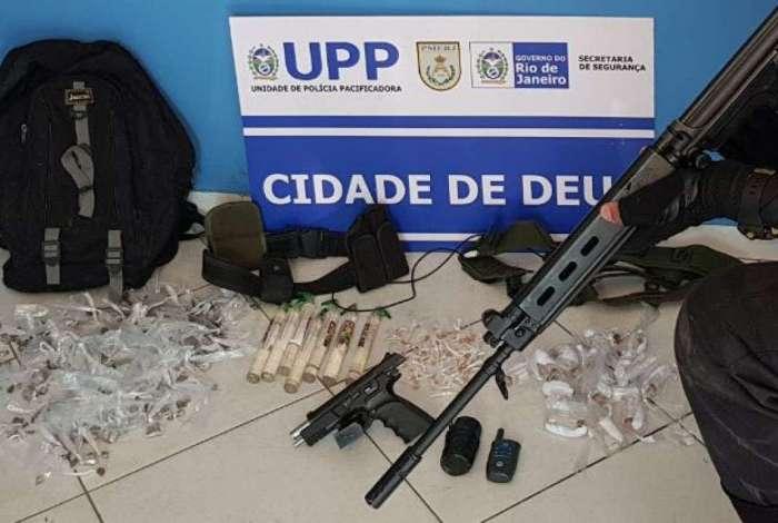 Policiais apreenderam drogas e pistola na Cidade de Deus