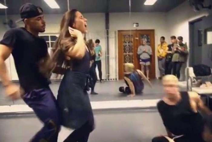 Wanessa Camargo machuca o pescoço durante ensaio de coreografia