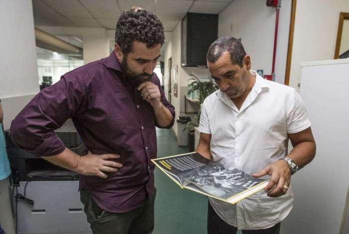 Visita do ex jogador e atual comentarista da Foz Sports Crizam C�sar de Oliveira Filho ( Zinho ) a redacao do jornal O Dia. Rj,24 de abril.