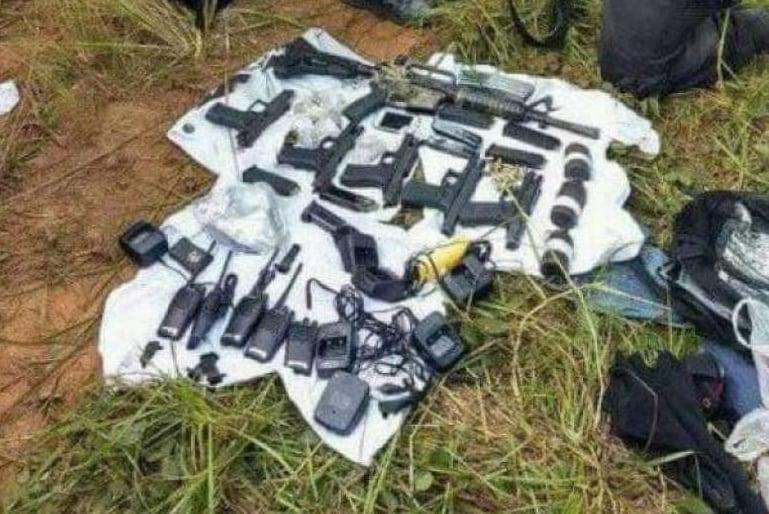 Armas, granadas, entre outros materiais foram apreendidos durante a��o da PM