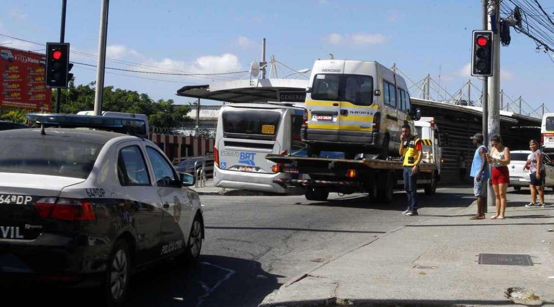 Operação contra milícia apreende várias vans e kombis em Santa Cruz, na Zona Norte do Rio