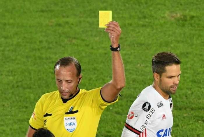 Ao lado de Diego, o árbitro uruguaio Daniel Fedorczuck dá o cartão amarelo para Gordillo, do Santa Fé