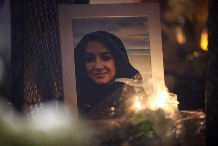 O retrato de Anne Marie D'Amico, uma das v�timas do atropelamento, � exposto em uma vig�lia em Toronto, no Canad�