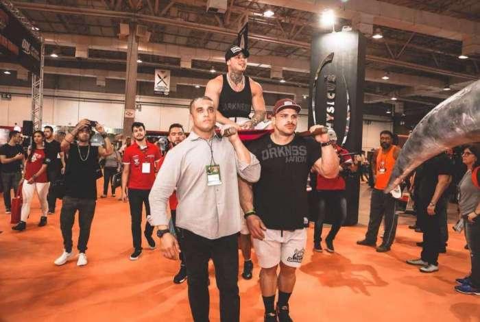 Léo Stronda foi contratado por uma empresa de suplemento na feira de musculação Arnold