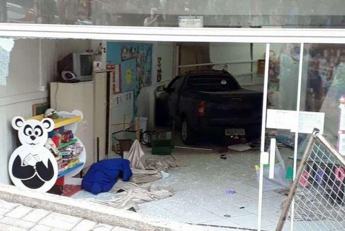 Carro invade creche em Chapec�