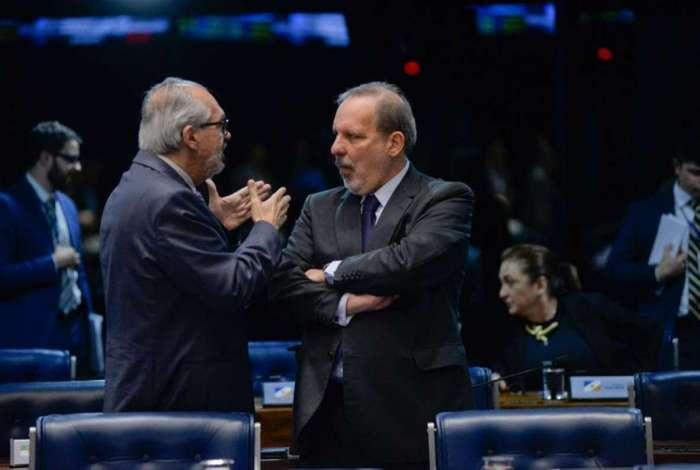 O senador Armando Monteiro (PTB-PE) conversa com o colega Roberto Muniz (PP-BA) durante a sess�o do Plen�rio