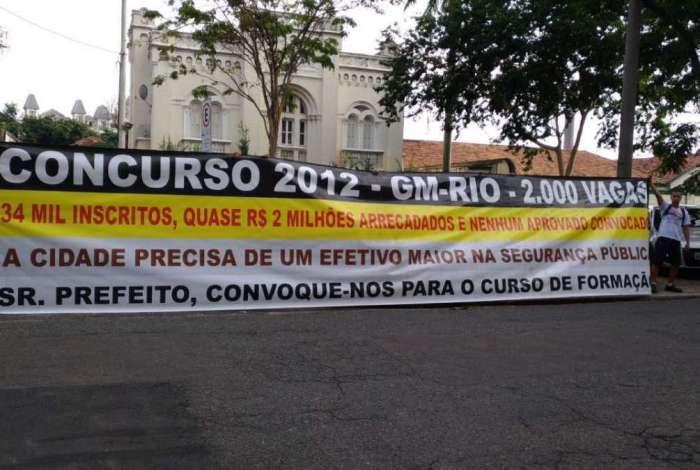 Manifestantes cobram convoca��o dos aprovados em concurso da Guarda Municipal