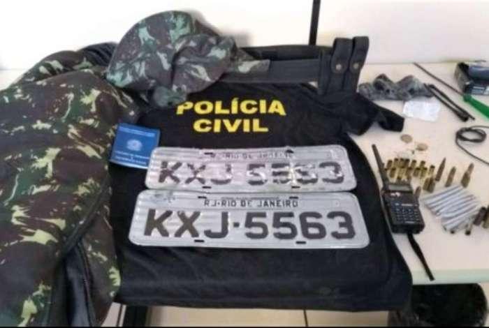 Roupa falsa da Pol�cia Civil, muni��es e radiotransmissores foram apreendidos
