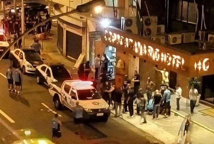 Briga entre guarda municipal e grupo de pessoas