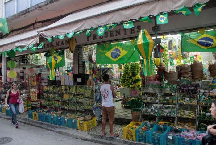 26/04/2018 - CIDADE - Lojas do Saara come�am a vender artigos para a Copa do Mundo.Foto: Fernanda Dias / Ag�ncia O Dia.