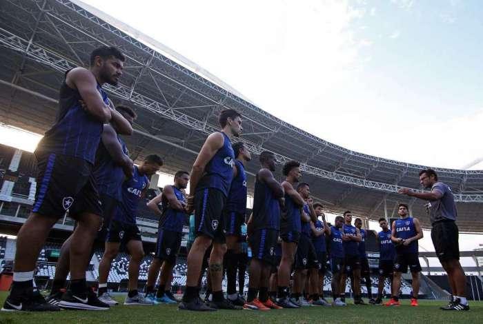 Valentim conversa com os jogadores no Nilton Santos: em busca da primeira vitória atuando fora do Rio