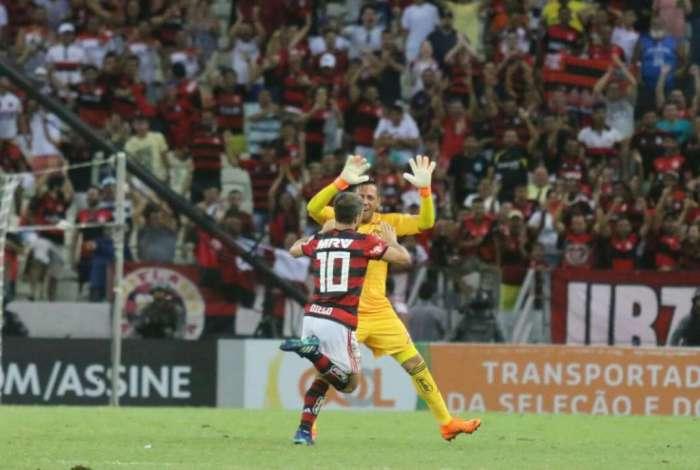 Ap�s marcar o terceiro gol, Diego cumprimenta o goleiro Diego Alves, antes de se jogar nos bra�os da torcida