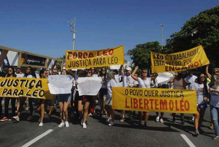 Protesto de parentes e amigo do Leonardo Luiz do Nascimento na Praia de Copacabana pedindo Justi�a,o rapaz foi preso injustamente segundo eles, Severino  Silva Agencia O Dia