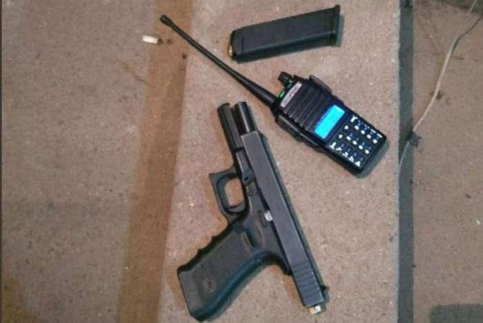 Uma pistola e um rádio transmissor foram encontrados com o suspeito
