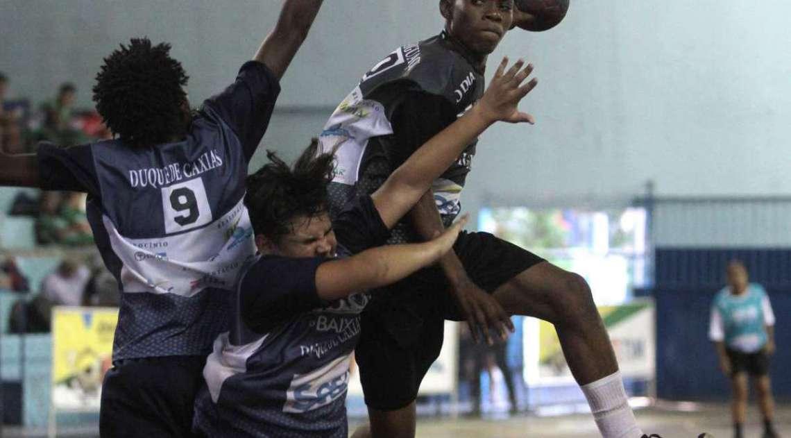 29/04/2018 - Caderno Baixada. Jogos da Baixada. Handbol Masculino. Duque de Caxias e Nova Igua�u.Foto: Fernanda Dias / Ag�ncia O Dia.