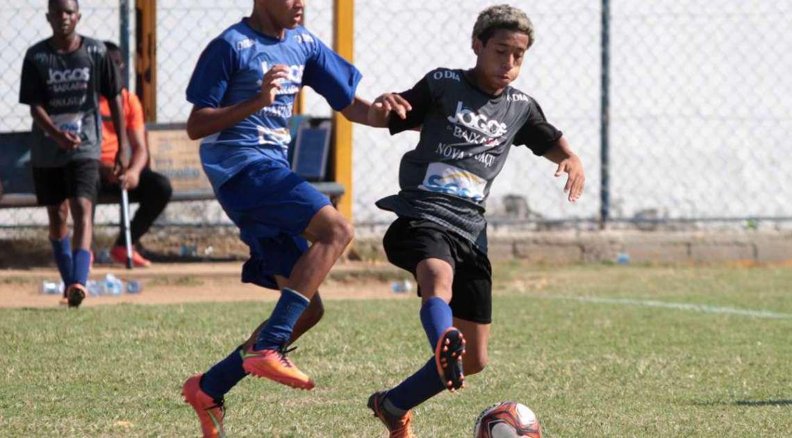29/04/2018 - Caderno Baixada. Jogos da Baixada. Futebol de Campo masculino. Guapimirim e Nova Igua�u. Foto: Fernanda Dias / Ag�ncia O Dia.