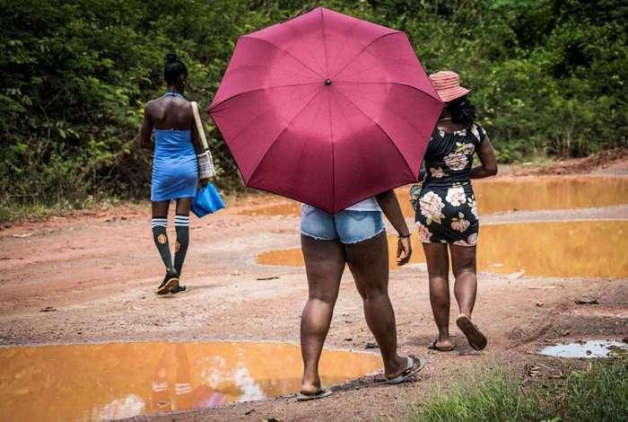 Jovens mulheres que foram encontradas trabalhando como prostitutas ao lado de minas de ouro na Guiana