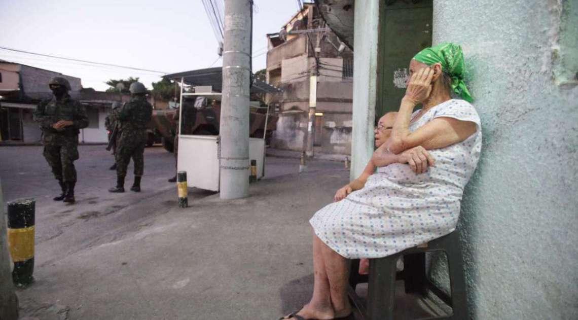 Opera��o Militar do Ex�rcito na Comunidade Batan em Realengo. O ex�rcito estava presente no local efetuando patrulhas com jipes dentro da comunidade, com presen�a tamb�m muitos soldados de tanques e caminh�es. Foto: Daniel Castelo Branco / Ag�ncia O Dia