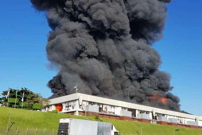 Incêndio atinge galpão de rede de drogarias na rodovia Presidente Dutra