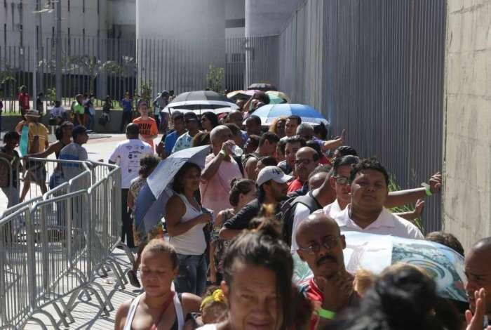 Milhares de pessoas tentam se candidatar para vagas de emprego