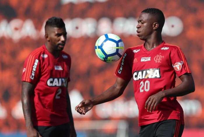 Rodinei e Vinicius Jr no treino do Flamengo