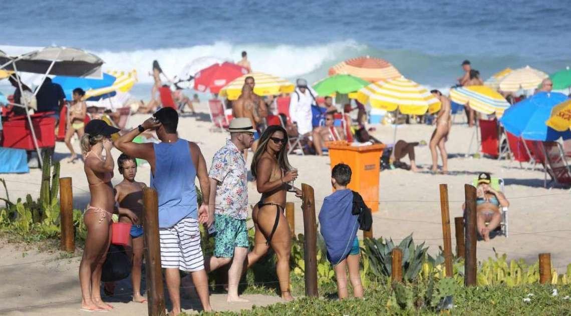 Viviane Ara�jo curte dia de praia com amigos