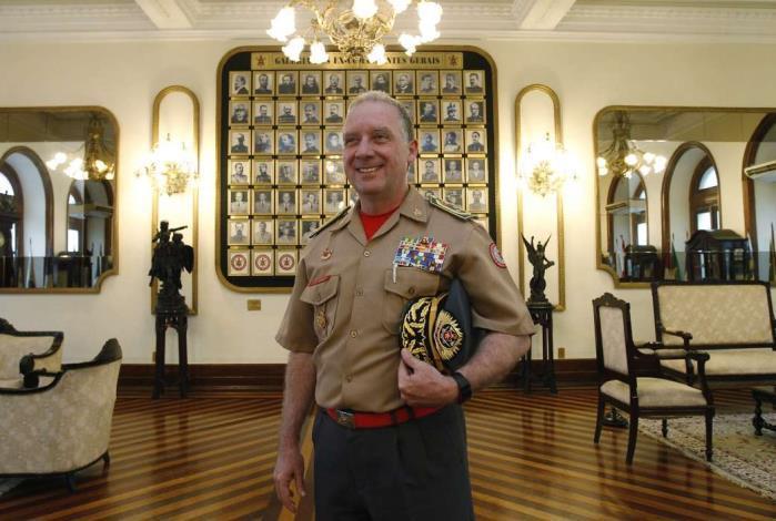 O comandante-geral do Corpo de Bombeiros, Roberto Robadey, posa no Quartel-Central da corporação