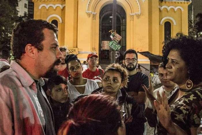Guilherme Boulos foi ao Largo do Paissandu, na região central de São Paulo, prestar solidariedade às famílias desabrigadas com o incêndio e desabamento de prédio