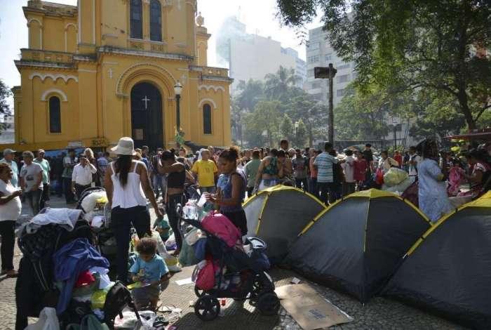 Desabrigados do pr�dio que desabou ap�s inc�ndio acampam em frente a Igreja Nossa Senhora do Ros�rio dos Homens Pretos, no Largo do Paissandu, em S�o Paulo