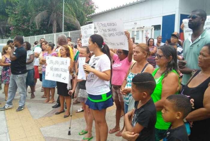 Manifestantes protestam contra fechamento da UPA Costa Barros para reformas