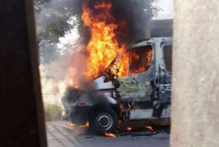 Bandidos atearam fogo em van em Itagua�