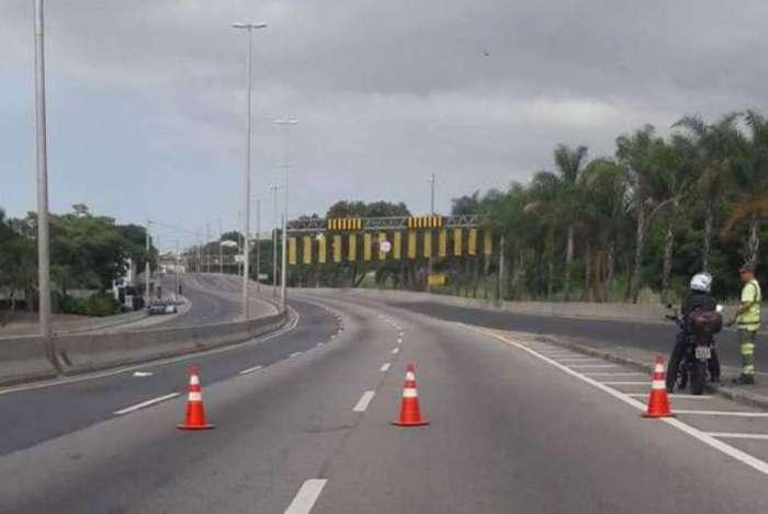 Linha Amarela foi fechada por conta de opera��o com tiroteio na Cidade de Deus
