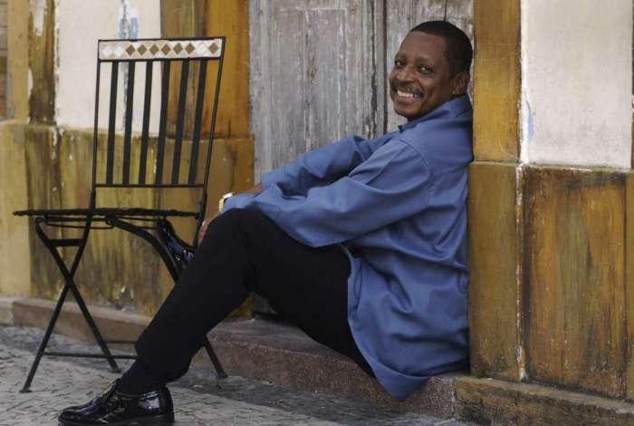 Dono de uma das mais lindas vozes do samba, Marquinho Sathan vai animar a pr�xima Feijoada da Fam�lia Portelense
