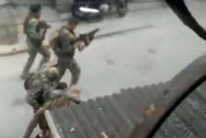 Policial do Bope � socorrido por companheiros ap�s ser baleado na Cidade de Deus