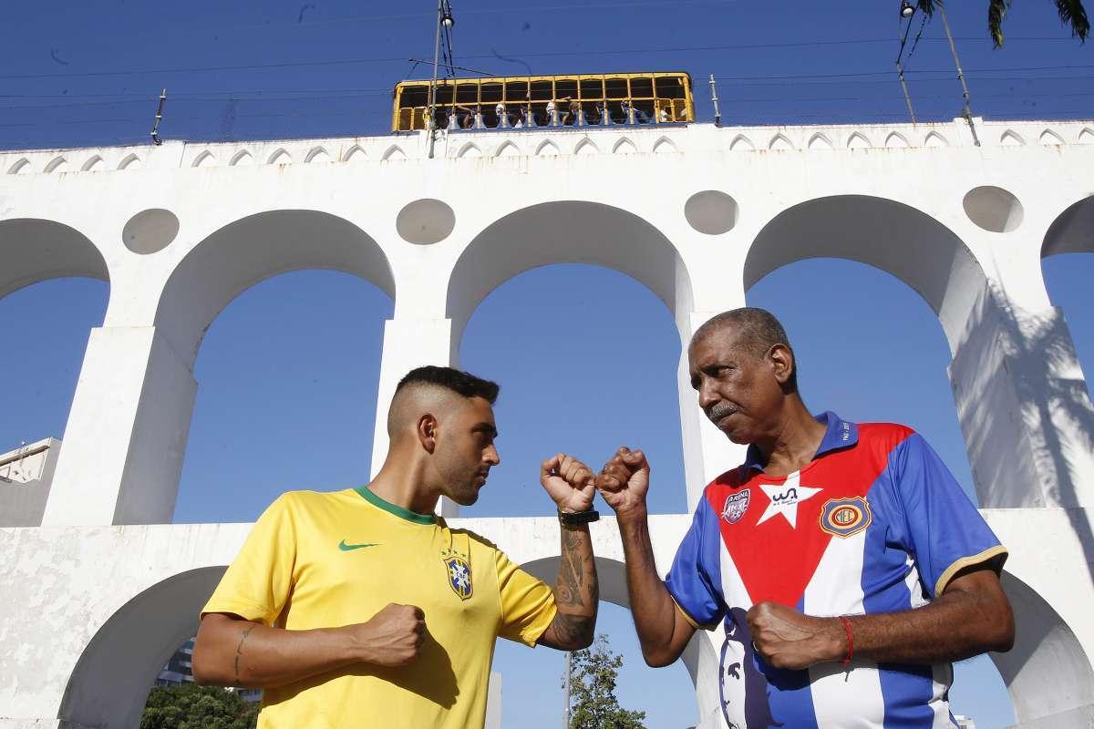 Igor Peres (à esquerda) não vê problema em usar a blusa da seleção na Copa  do Mundo. Já Marco André (à direita) diz que não  vale a pena esse  nacionalismo ... ced3e50e9a513