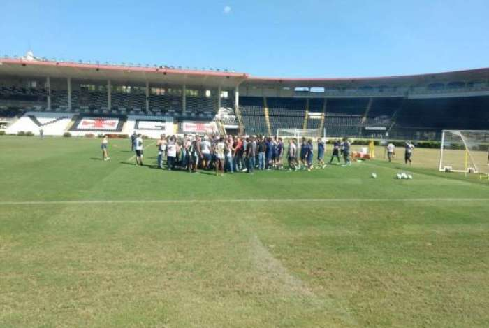 Grupo de torcedores invade treino do Vasco