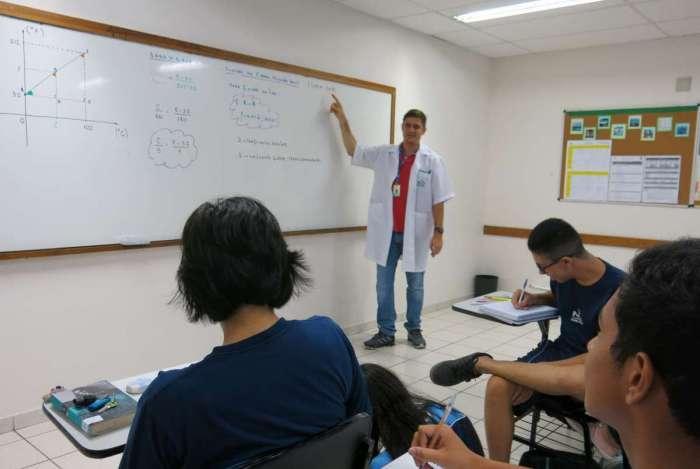 Fotos de divulgação dos professores André Ferreira (de branco) e Jorge Neto (de terno preto - GPI) e sala de aula