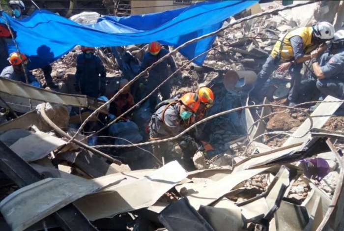 Equipes investiram no local indicado por uma cadela e, de forma manual, realizaram a retirada dos escombros e encontraram a primeira v�tima fatal