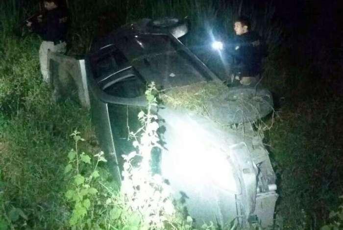 Carro capota após perseguição policial