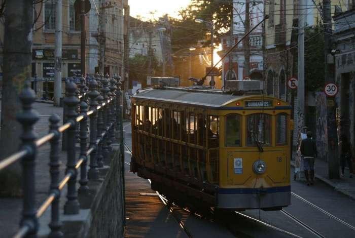 Na bifurcação do Largo dos Guimarães, o bonde não segue mais em direção ao Largo das Neves