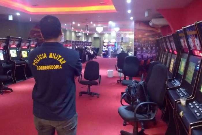 O bingo funcionava no Centro de Niterói onde policiais da 4ª DPJM apreenderam 59 máquinas caça-níquel