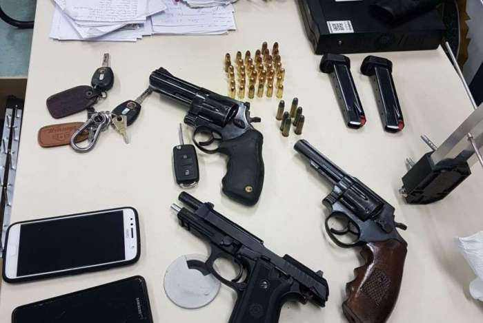 Dupla suspeita de integrar mil�cia em Caxias foi presa com rev�lveres, pistola e ve�culo roubado