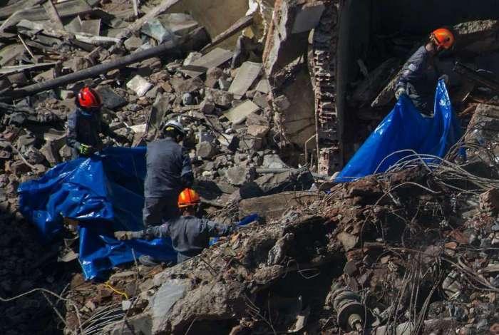 Bombeiros trabalham para tentar localizar poss�veis v�timas nos escombros do pr�dio Wilton Paes de Almeida, que desabou no dia 1� de maio, em S�o Paulo