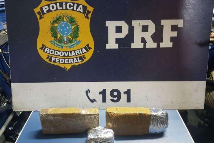 PRF apreende oito tabletes de pasta base de cocaína e três tabletes de maconha dentro de um ônibus