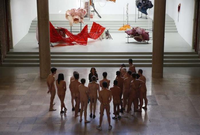Naturistas participam de visita � exposi��o 'Disc�rdia, filha da Noite' no museu Palais de Tokyo, em Paris