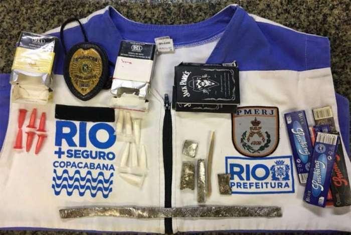 Dupla foi flagrada com $1000 pesos chilenos em Copacabana, além de maços de cigarro