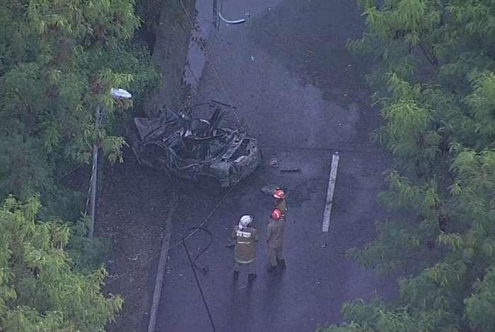 Carro ficou completamente destruído após batida e explosão