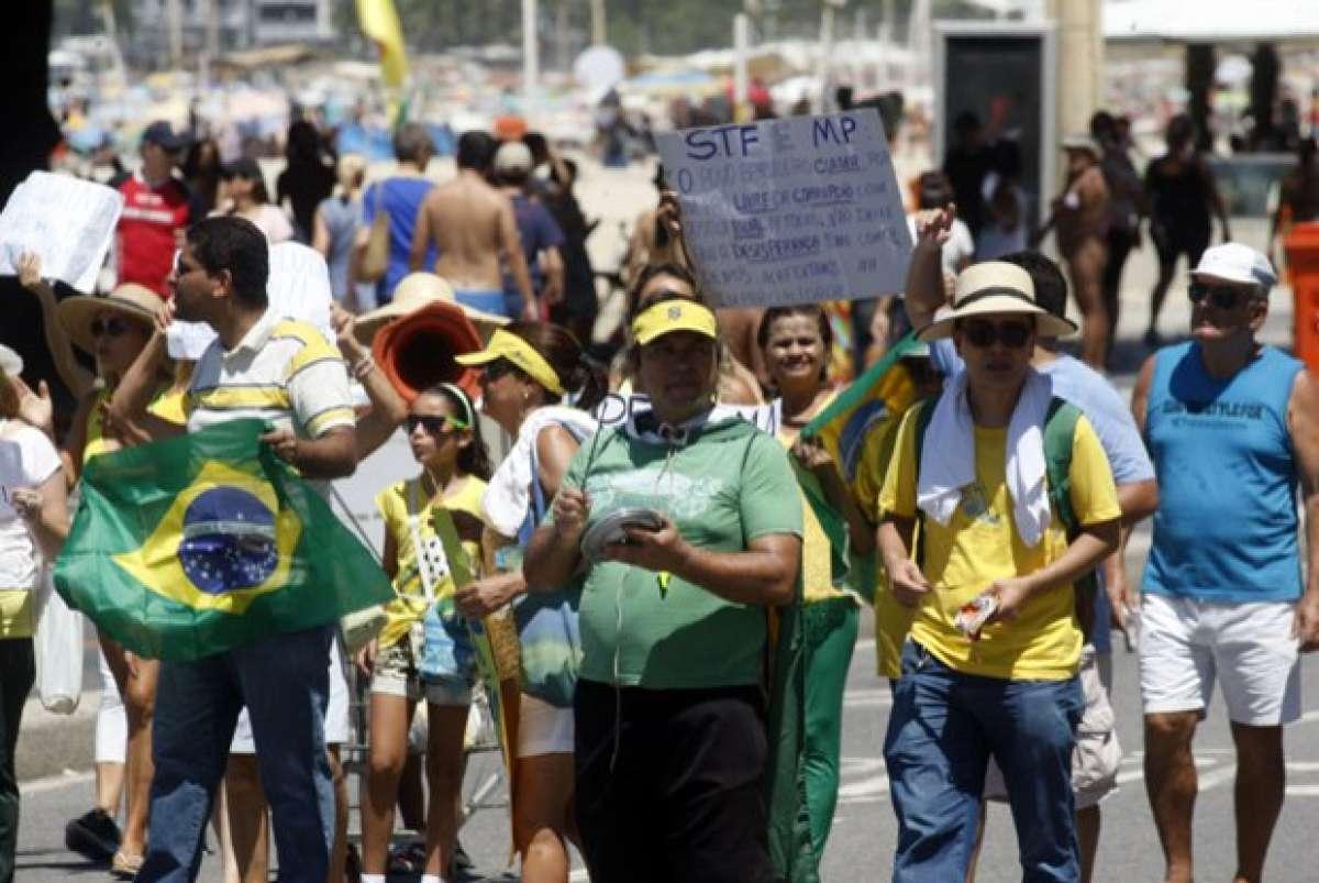 Manifestantes usaram camisas da sele  o em protesto a favor do impeachment  de Dilma Rousseff Arquivo   Ag ncia O DIA 840671f415460
