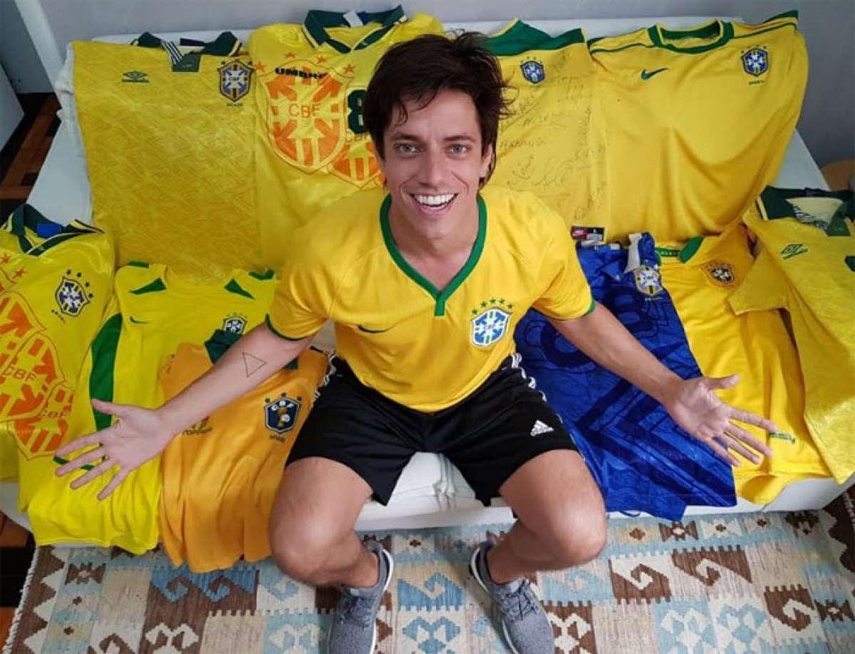 Jornalista Caio Bellandi com a cole  o de camisas de outras sele  es  Arquivo Pessoal. Empres rio Edimar Nobre coleciona camisas da sele  o  brasileira ... 13c9d9dd22931
