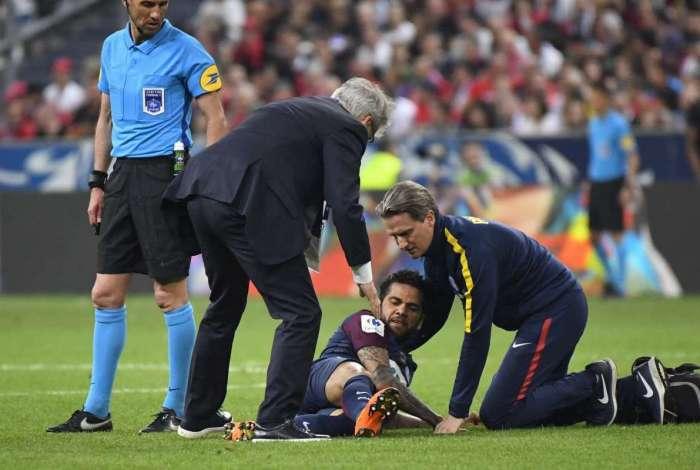 Daniel Alves sofreu lesão em partida do PSG